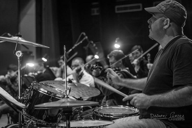 O mestre dos mil instrumentos: Cláudio Mércio é professor de TV e baterista (Foto Raphael Seabra)