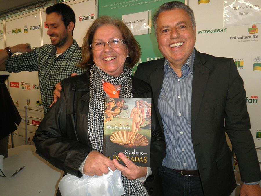 Tibério Vargas Ramos com Ieda Monteiro Sampaio, no lançamento de Sombras Douradas na Feira do Livro de Porto Alegre 2015