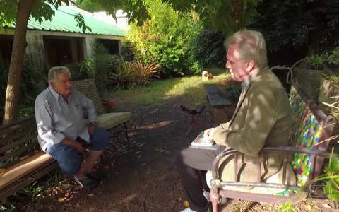 Mujica entrevistado por Bial em seu rancho, nas cercanias de Montevidéu (Foto Divulgação)